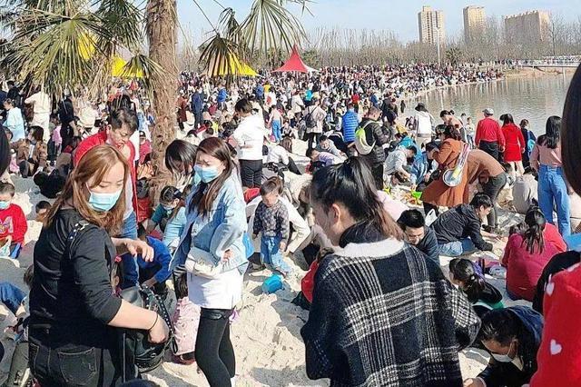 """西安""""小三亚""""爆火 游客:1平米站了5个人"""