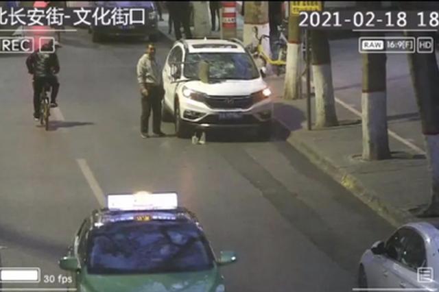 监控曝光!西安一男子酒后撒泼 砸完轿车又砸警车
