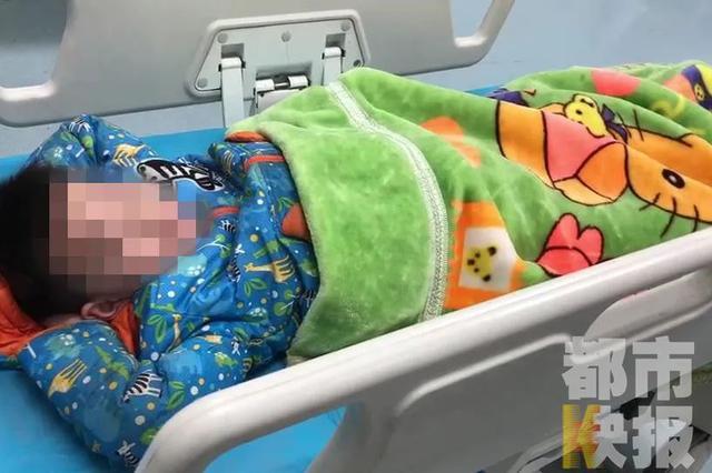 西安6岁男童井盖中扔炮引发爆炸 被飞起井盖砸中