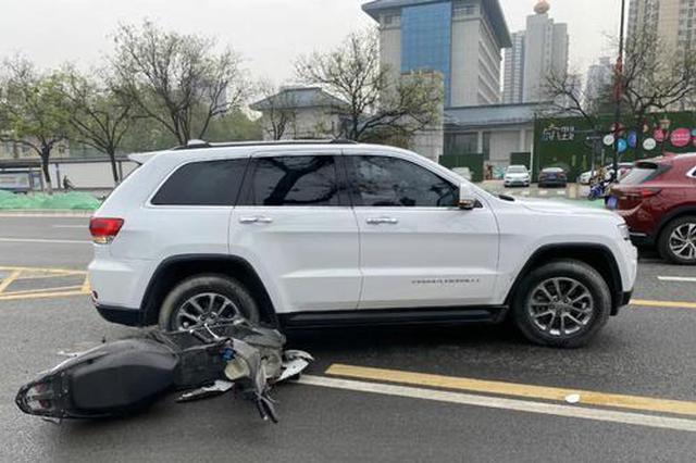 突發!西安長安南路一電動車與汽車相撞