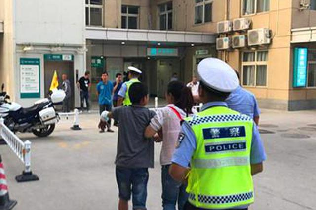 幼童摔下楼梯受伤 西安灞桥交警紧急护送就医