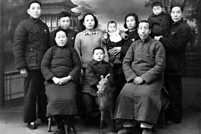 见证幸福面孔 西安市民薛勇20年收藏近5000张全家福