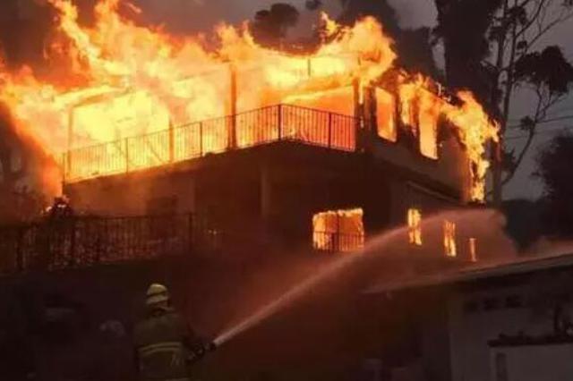 巡逻中发现火情 咸阳社区干部冲入房中救人