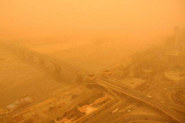 陕西紧急发布38条预警!阵风7-8级!车被吹倒!人站不稳