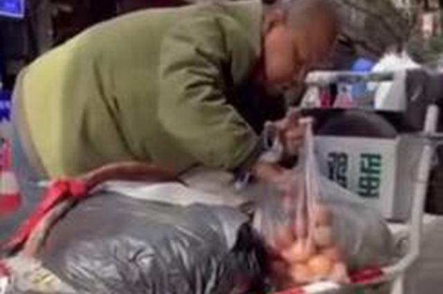 西安57岁盲人大叔30年风雨无阻卖鸡蛋 供女儿上完大学