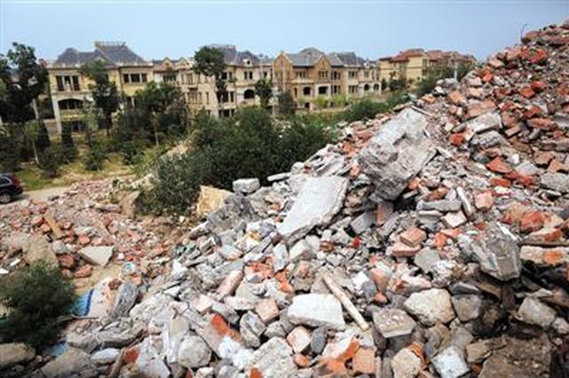 陕西乾县百余亩闲置土地倒满建筑垃圾