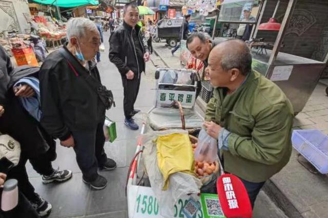 人民日报点赞!陕西57岁盲人卖鸡蛋, 37年从没少过秤