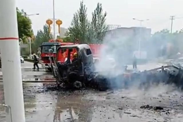 西安两车相撞起火 一车烧成铁架