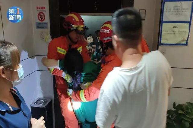 秦汉新城一酒店电梯17人被困1人晕厥 门缝中塞进呼吸器