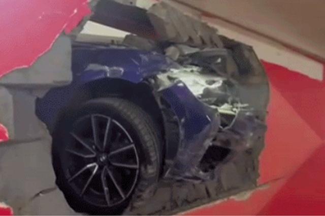 还有这种操作?西安一女司机撞穿商场地下车库墙体