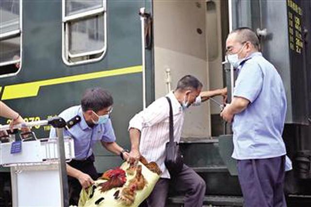 汉中阳平关车站为民办实事 鸡鸭鹅坐上了专属推车