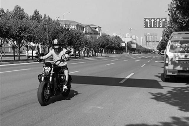 記者街頭直擊摩托車違規亂象 騎車不戴頭盔還真不少