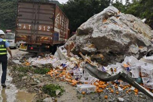 近50噸巨石滾落西漢高速 路政人員冒雨碎石搶險