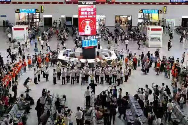 西安中學生樂團被困徐州高鐵站 現場演奏為旅客打氣