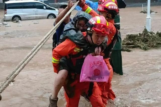 商洛消防救出200余名被洪水圍困群眾