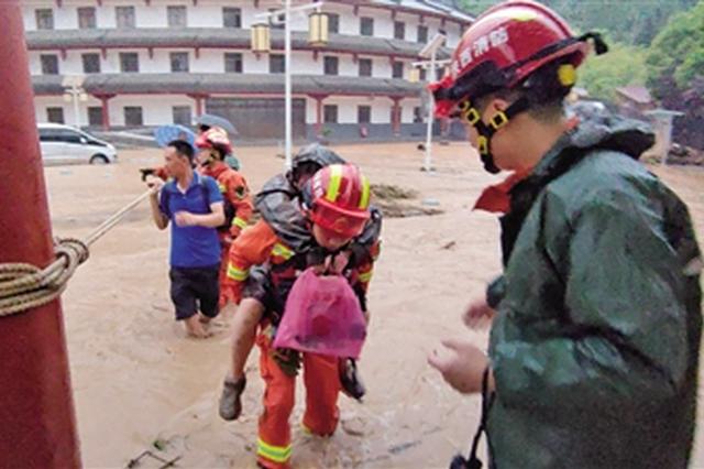 70余人被困天竺山景區 商洛山陽消防連夜營救疏散