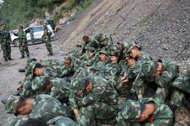 洛南縣突發暴雨 陜西武警官兵連夜搜救村民