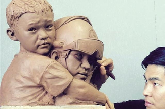 兴平小伙塑像重现消防员救援瞬间 以此表达崇敬之情