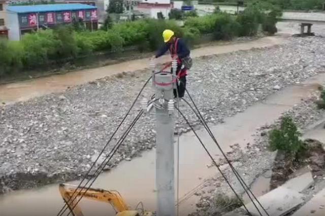竭尽全力!46岁电工3天爬20根电线杆救灾