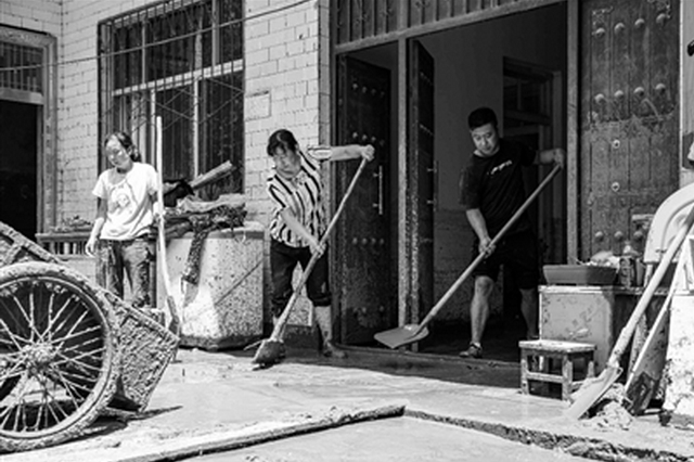 洛南留题村洪水肆虐村庄 群众自救互助
