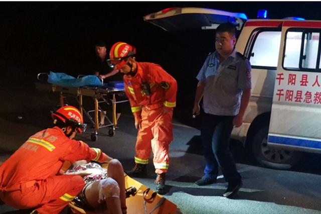 女子凌晨车祸受伤 千阳消防员急中生智唱歌暖心安抚