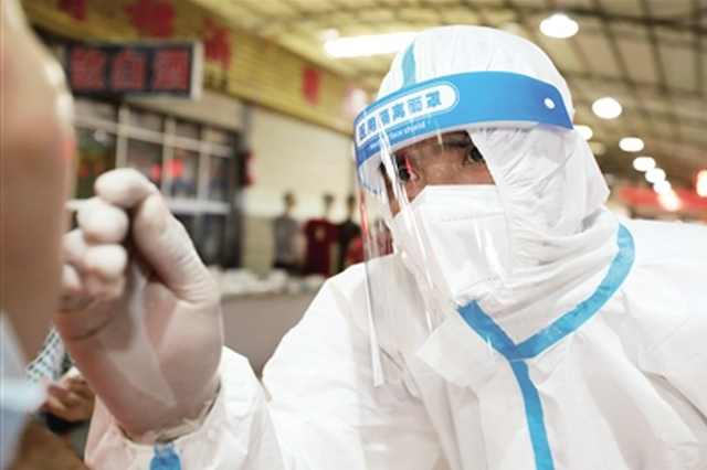 直击西安核酸检测采样一线:防护服里超过50℃
