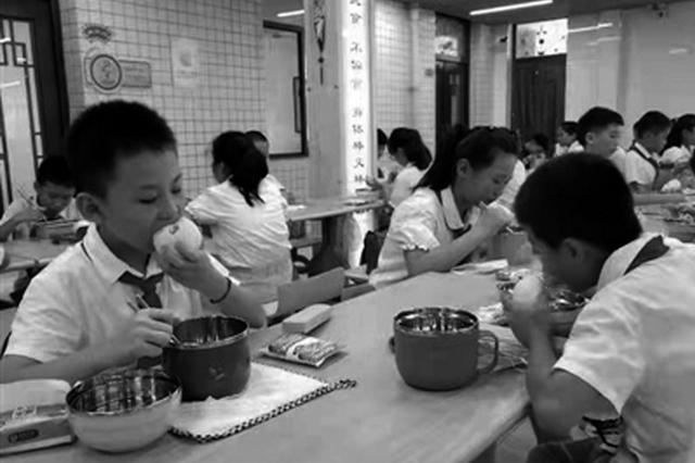 渭南临渭区8万多名学生在校吃到晚餐 小学晚餐4元/餐