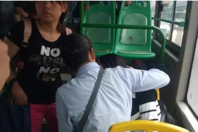 """乘客车内晕倒 公交司机""""公主抱""""送医"""