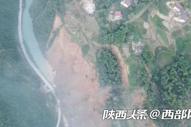 汉中镇巴210国道渔渡段发生大面积山体滑坡 道路完全中断