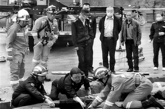 男童上学途中跌入7米深坑 民警消防合力施救