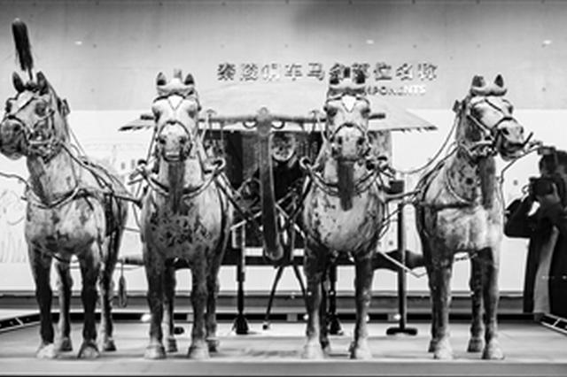 秦陵铜车马博物馆正式开放,一位摄影记者正在现场拍照。 本报记者 阮班慧 摄