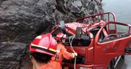 310国道落石砸中车辆被困