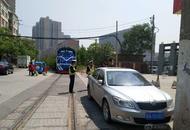 西安一轿车违停铁道旁逼停火车