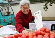 """西安东门早市有个""""雷锋奶奶"""""""