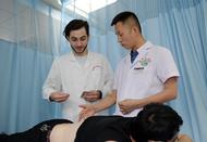 留学生卓尼在中国学针灸