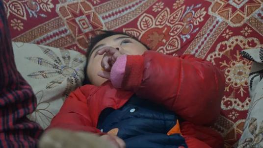 六岁的小蝶很多时候就是这么躺着自己玩