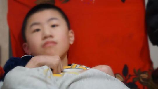 因为残疾, 12岁的小泽只能蜷缩在椅子上
