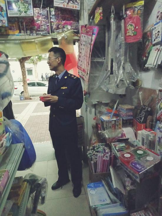 工商经开分局凤南工商所迅速行动快速出击开展校园周边市场整治工作