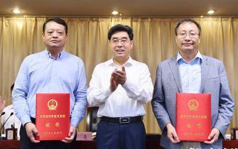 岳亮为科学技术奖励大会获奖者颁奖