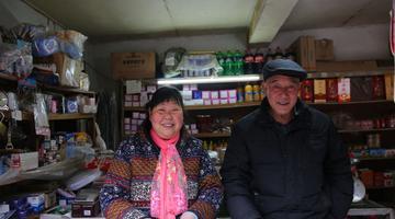 夫妻开小商店38年 一起相守变老