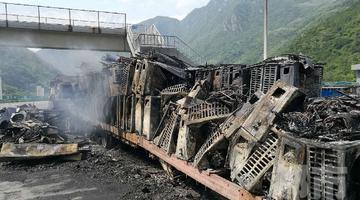 涝峪口一货车起火自燃 货物全部被毁