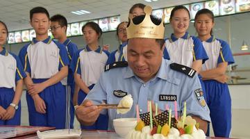 学生集体给护学交警庆生 49岁汉子落泪