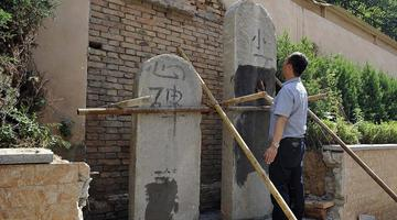 西安一业主在居民小区修缮祖先墓碑