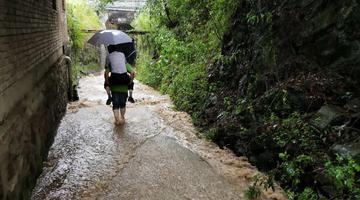 暴雨突袭石泉 干部背群众转移