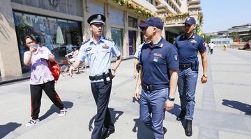两名意大利警员亮相西安街头参与巡逻