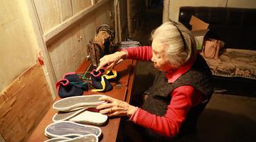"""85岁陈奶奶和她""""58岁""""的缝纫机"""