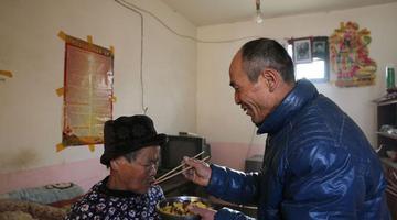 70后单身汉照顾瘫痪母亲感动相邻