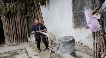 老奶奶守着土屋生活 用石磨古法磨豆腐
