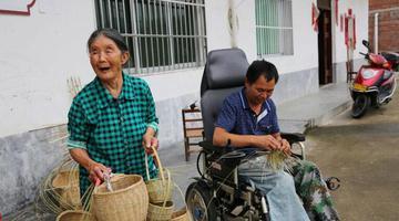 石泉汉子打工致残 坐轮椅编竹篮