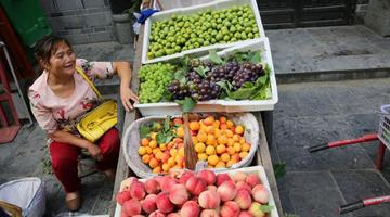 石泉农妇进城卖自家水果